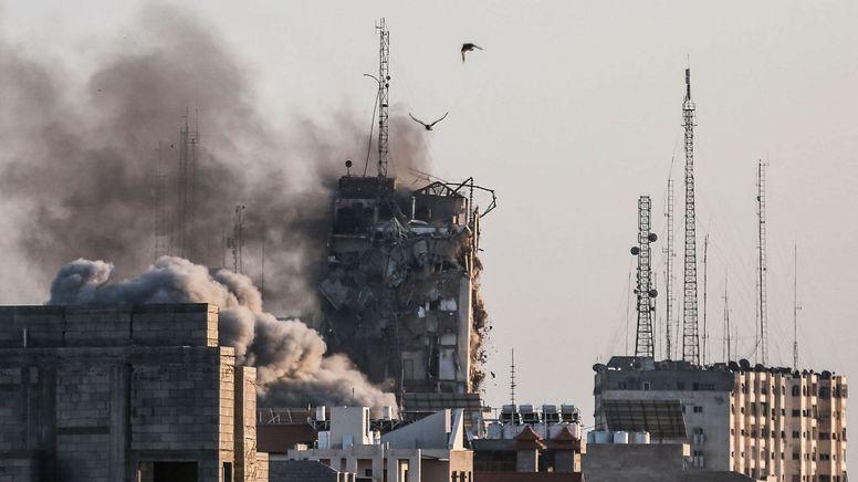 Der einstürzende Al-Shorouk Tower in Gaza-Stadt | Bild:dpa-Bildfunk/Mohammed Talatene