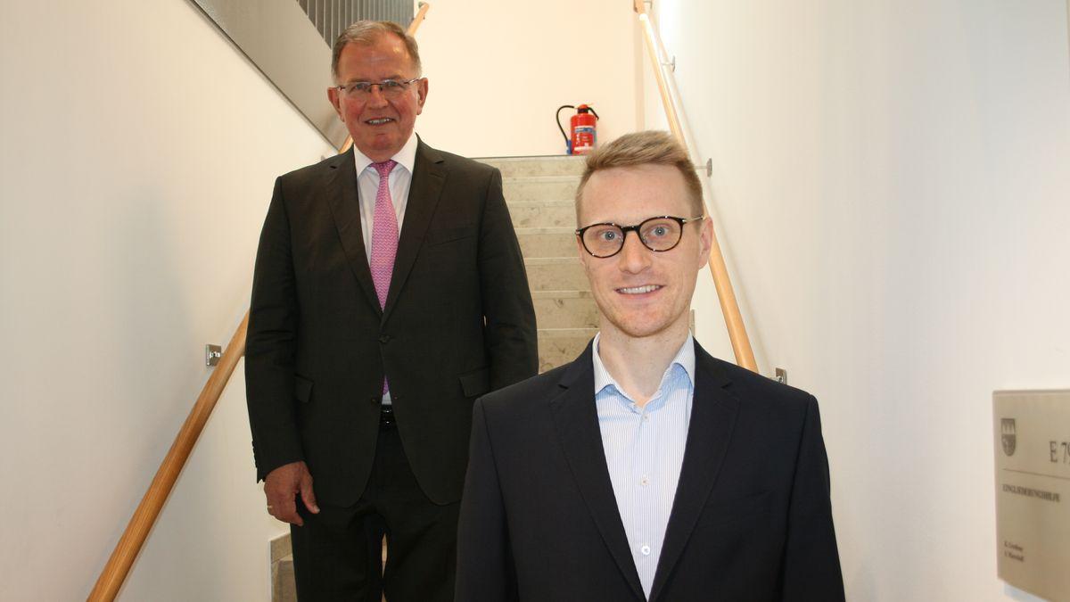 Der neue Klimaschutzmanager Viktor Antlitz (rechts) und Bezirkstagspräsident Erwin Dotzel (links)