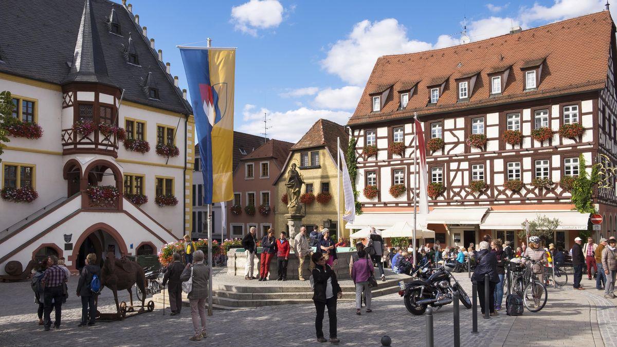 Marktplatz mit Rathaus und Hotel Tuchhaus (ehemals Behringer) in Volkach