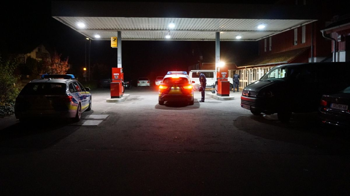 Die Polizei an der Tankstelle