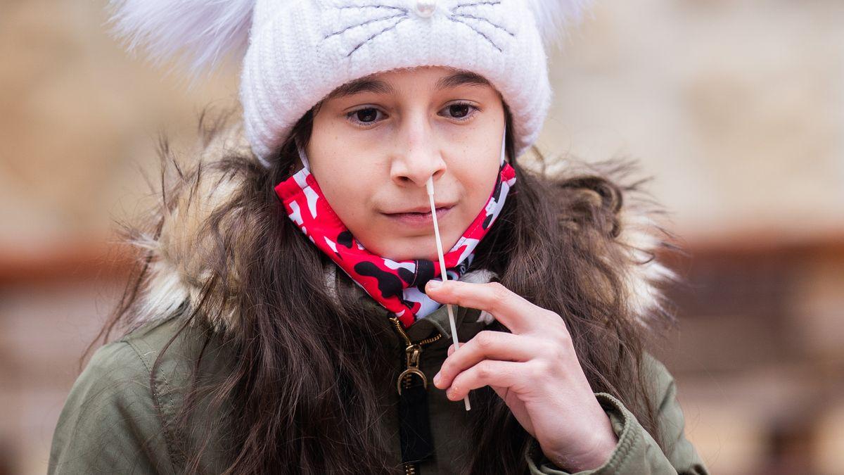 Eine Schülerin bei einem Antigen-Schnelltest vor dem Unterricht.