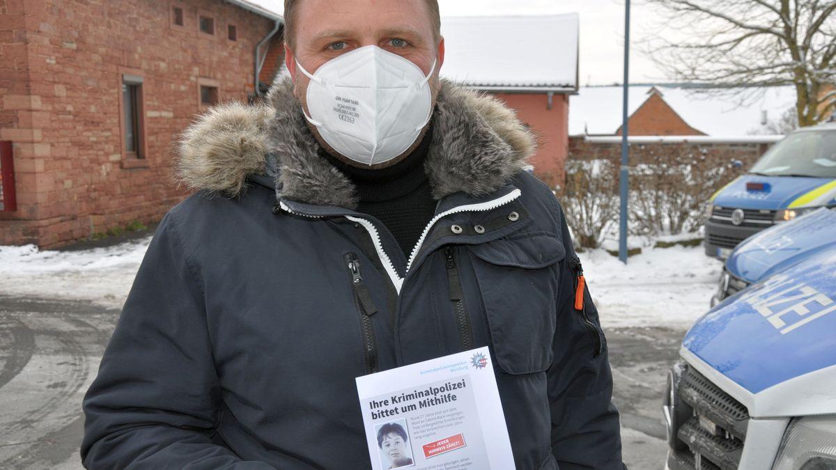 Polizeisprecher Björn Schmitt mit einem Flyer in Wiesenfeld