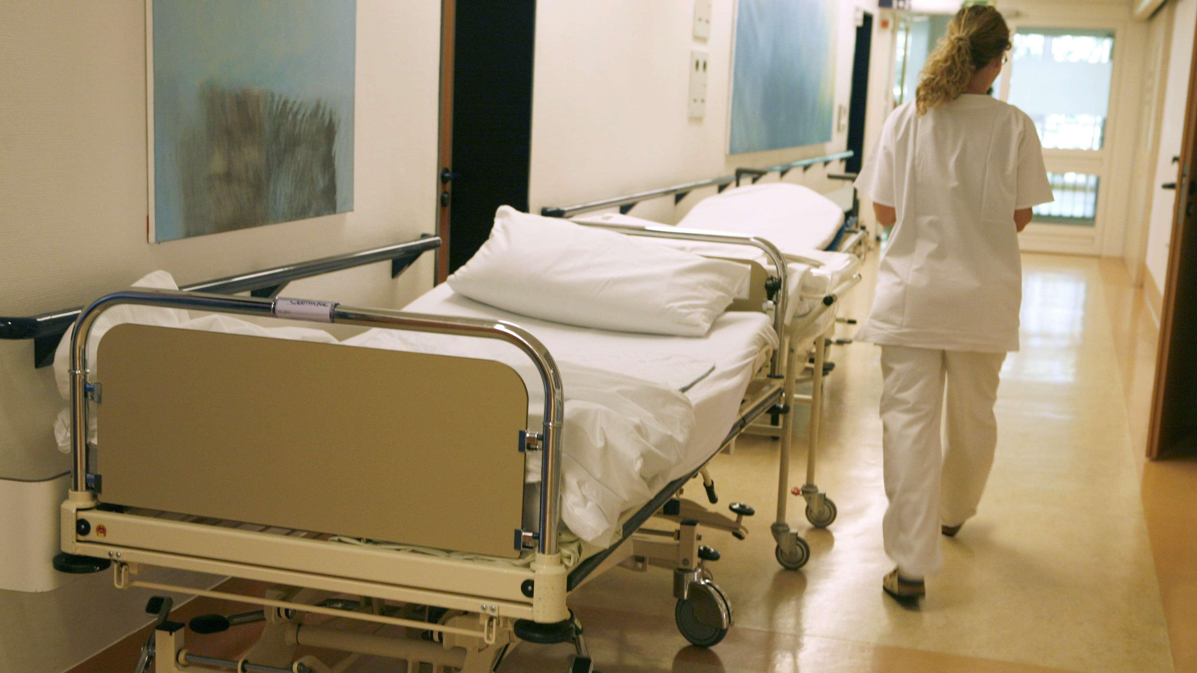Ein leeres Bett steht in einem Flur in einem Krankenhaus (Symbolbild=