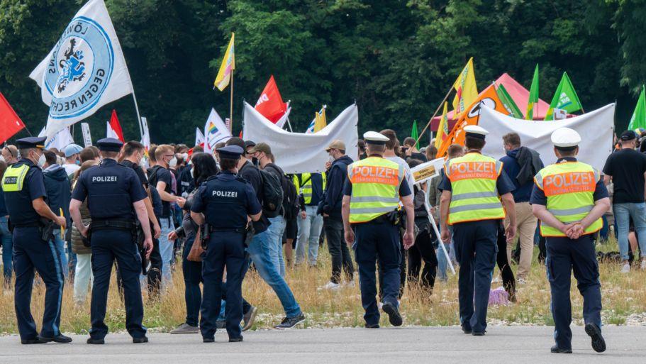 18.07.2021, Bayern, München: Polizisten stehen auf der Theresienwiese am Rand einer Demonstration gegen das Polizeiaufgabengesetz (PAG).