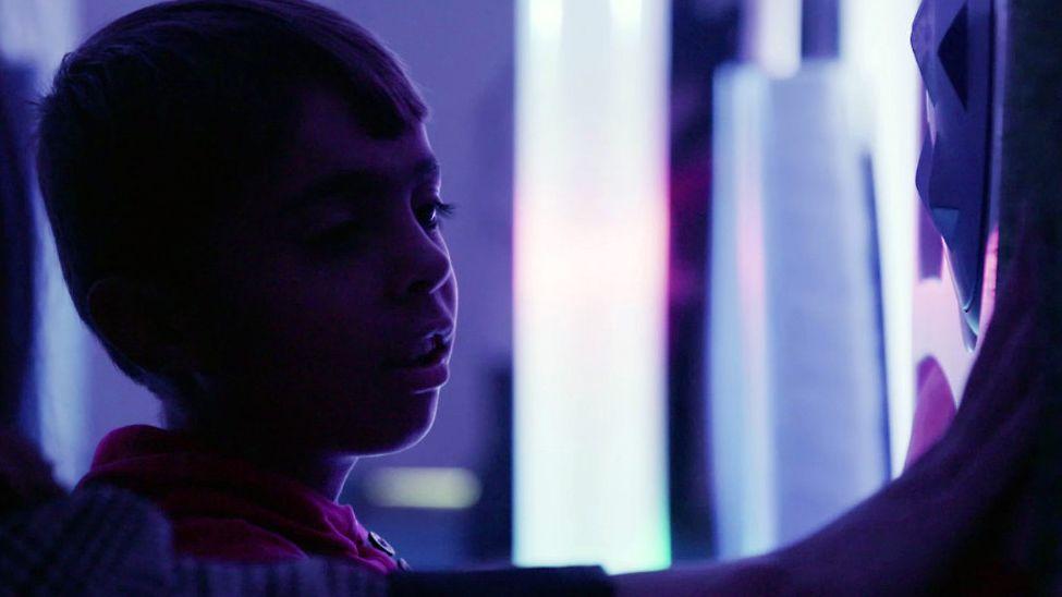 """Der syrische Junge Mustafa liebt den """"sensomagischen"""" Raum."""