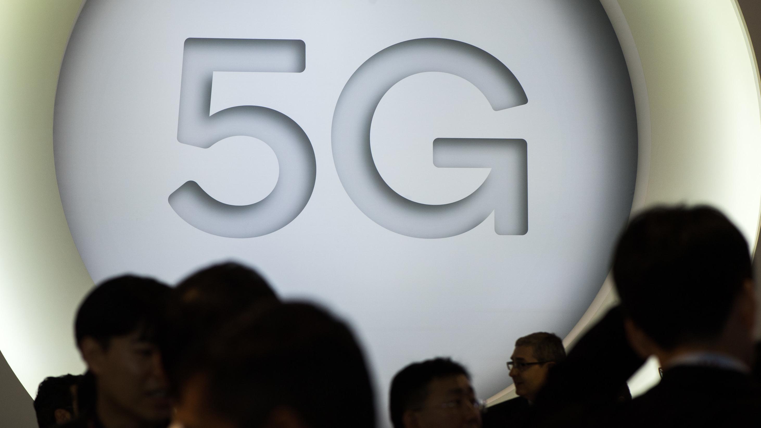 """""""5G"""" steht an einem Stand beim Mobile World Congress im Februar in Barcelona"""