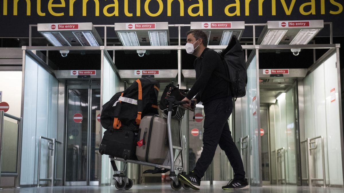 Passagiere kommen am Flughafen von Gatwick an.