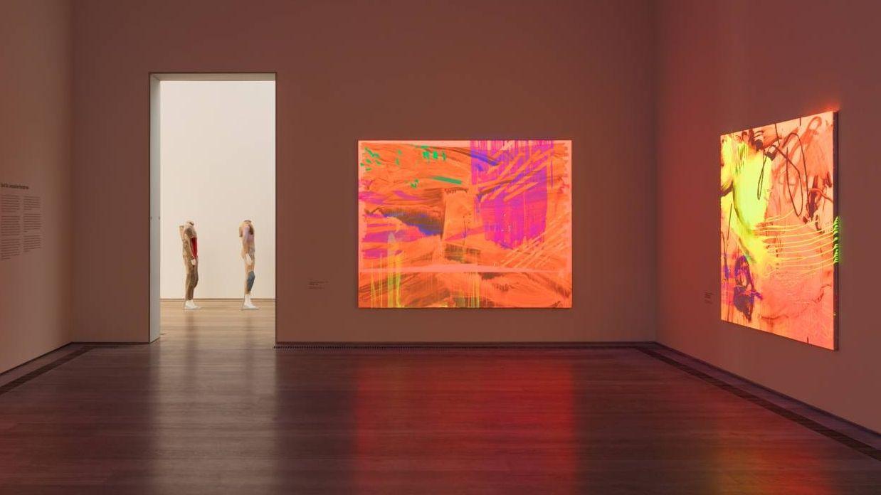Neu gehängter Saal im Museum Brandhorst mit den fluoriszierenden Bildern von Jacqueline Humphries
