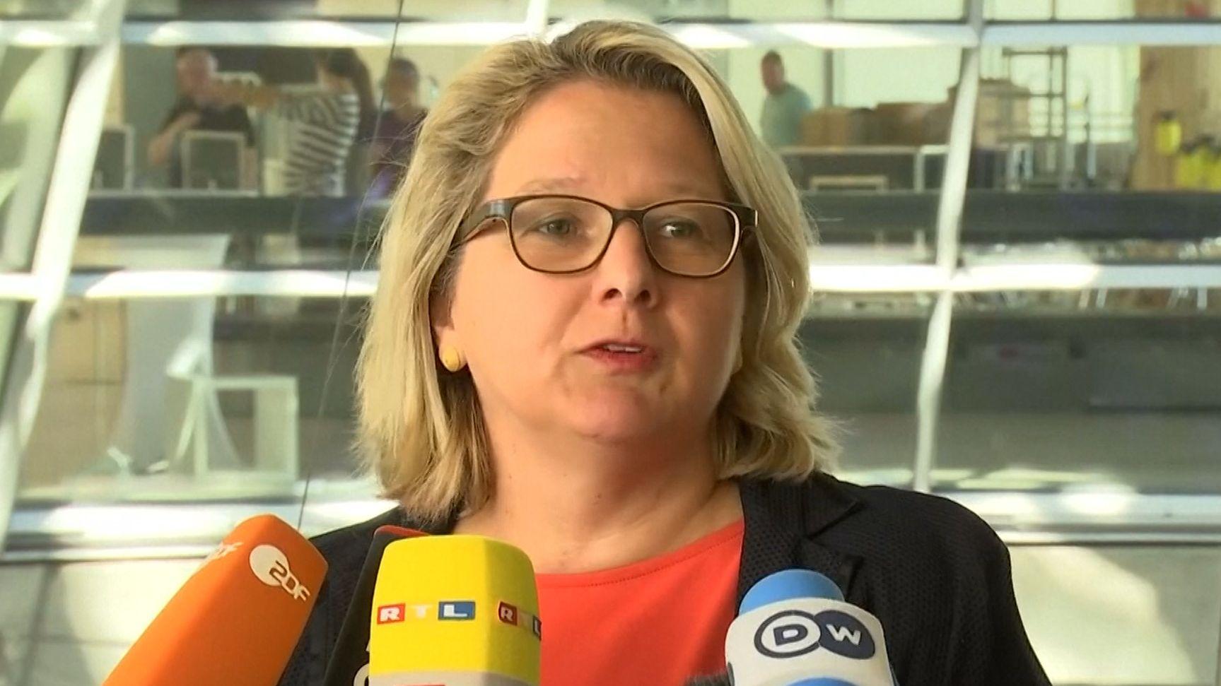 Bundesumweltministerin Schulze hat das Verbot von Plastiktüten auf den Weg gebracht, um die Anzahl an Plastiktüten signifikant zu reduzieren.