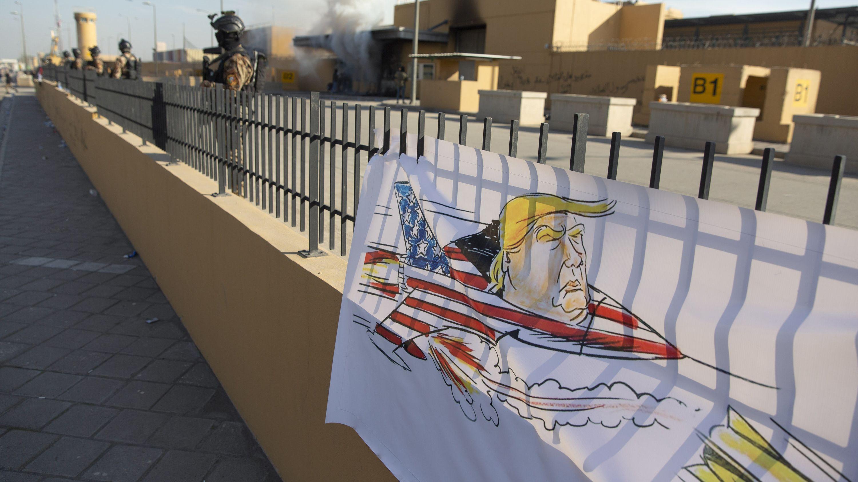 Trump-Karikatur vor der US-Botschaft in Bagdad