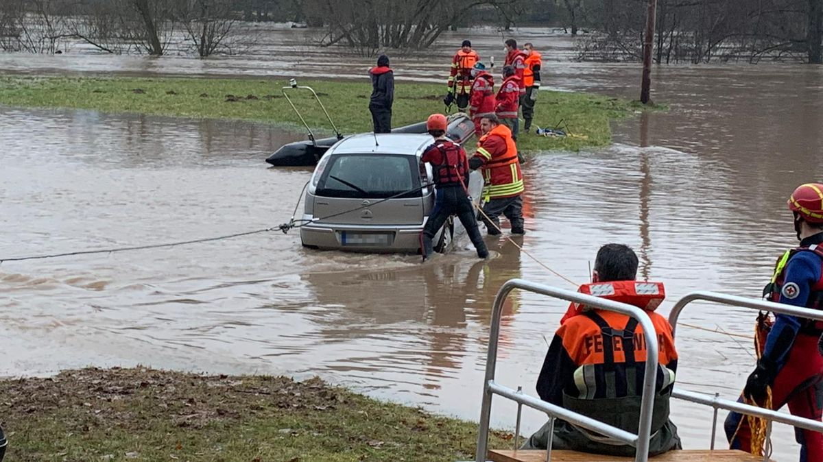 Bei Wolfsmünster im Landkreis Main-Spessart ist ein Mann mit seinem Auto im Hochwasser steckengeblieben.