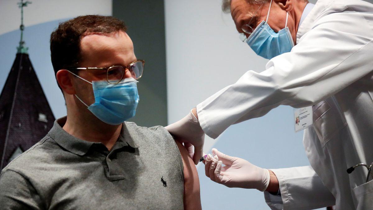 14. Oktober 2020: Bundesgesundheitsminister Jens Spahn erhält eine Grippeimpfung in der Berliner Charité.