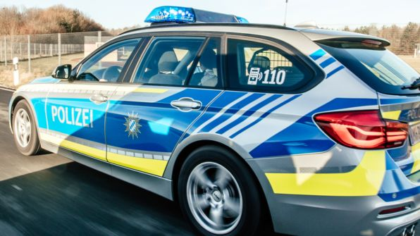 Ein Polizeifahrzeug im Einsatz (Symbolbild)