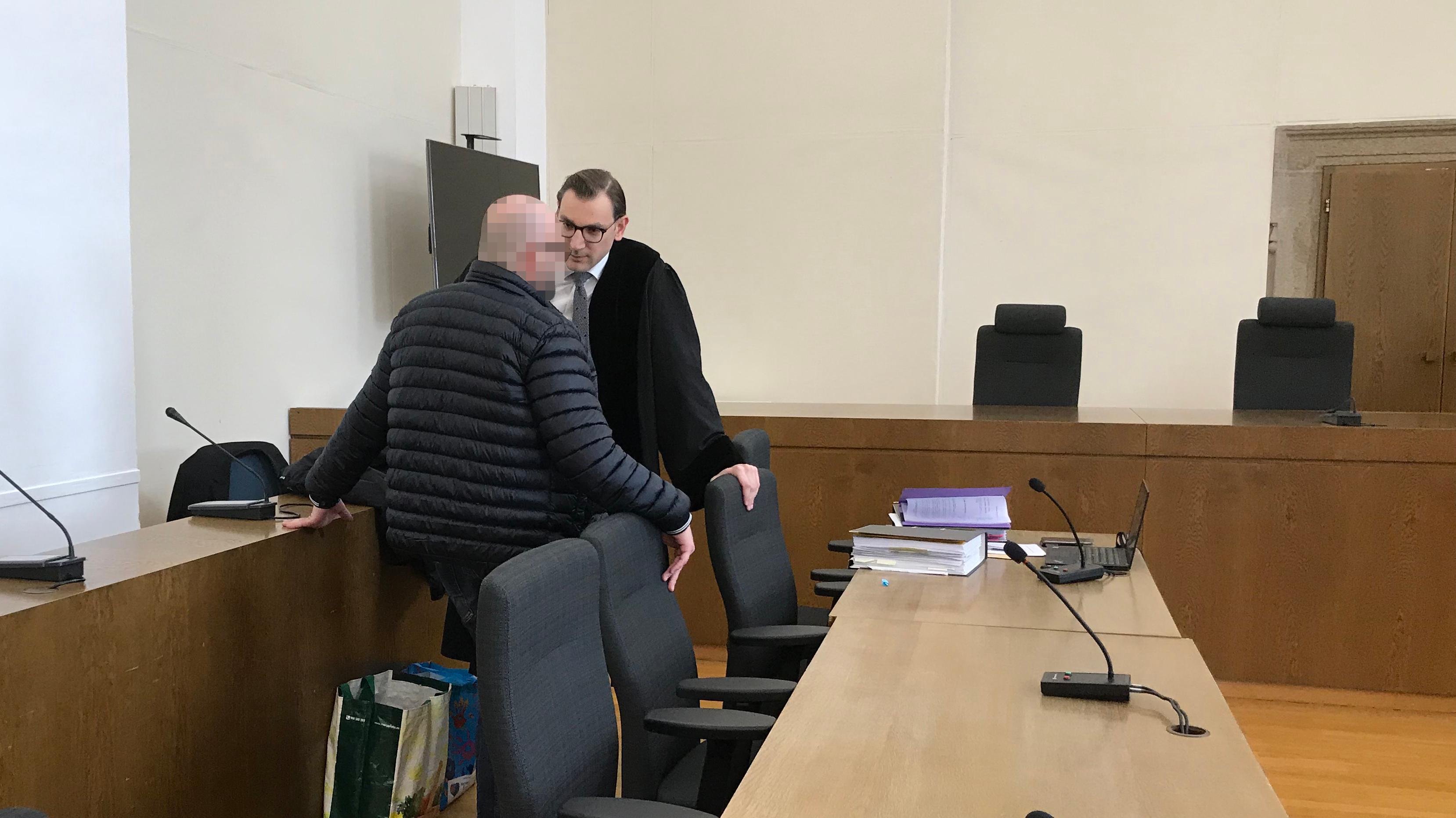 Der Angeklagte im Gespräch mit seinem Anwalt