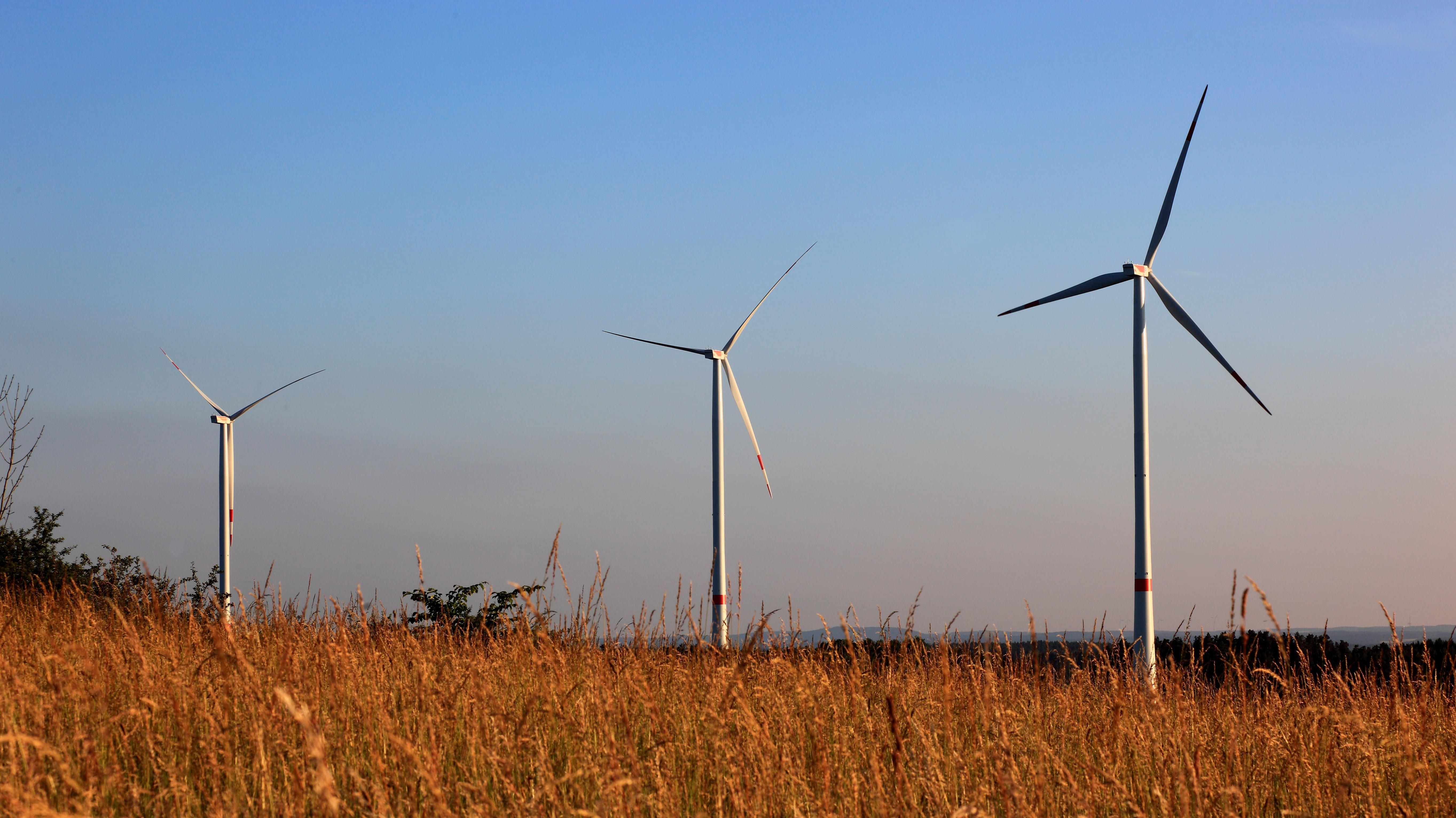 Windräder auf einem Feld in Oberfranken
