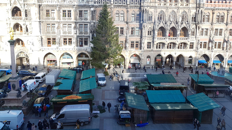 Der Christkindlmarkt am Marienplatz beim Aufbau von oben.