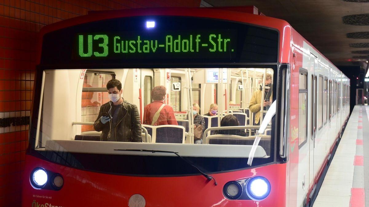 Fahrgäste stehen und sitzen mit Mund-Nase-Schutzmasken in einer U-Bahn in Nürnberg.