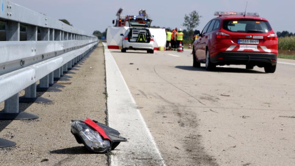 Einsatzkräfte auf gesperrter Autobahn A92 | Bild:Bayerischer Rundfunk 2018