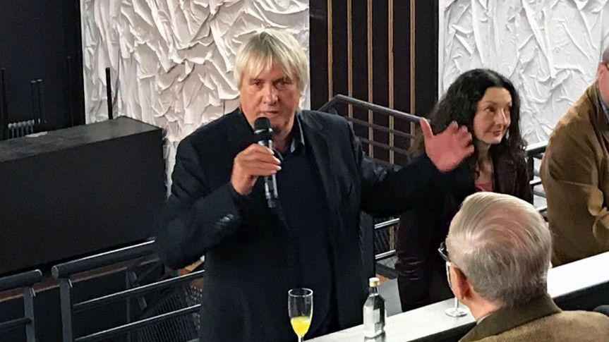 Wolfgang Bartusch mit Mikrofon in den Kammerspielen Ansbach