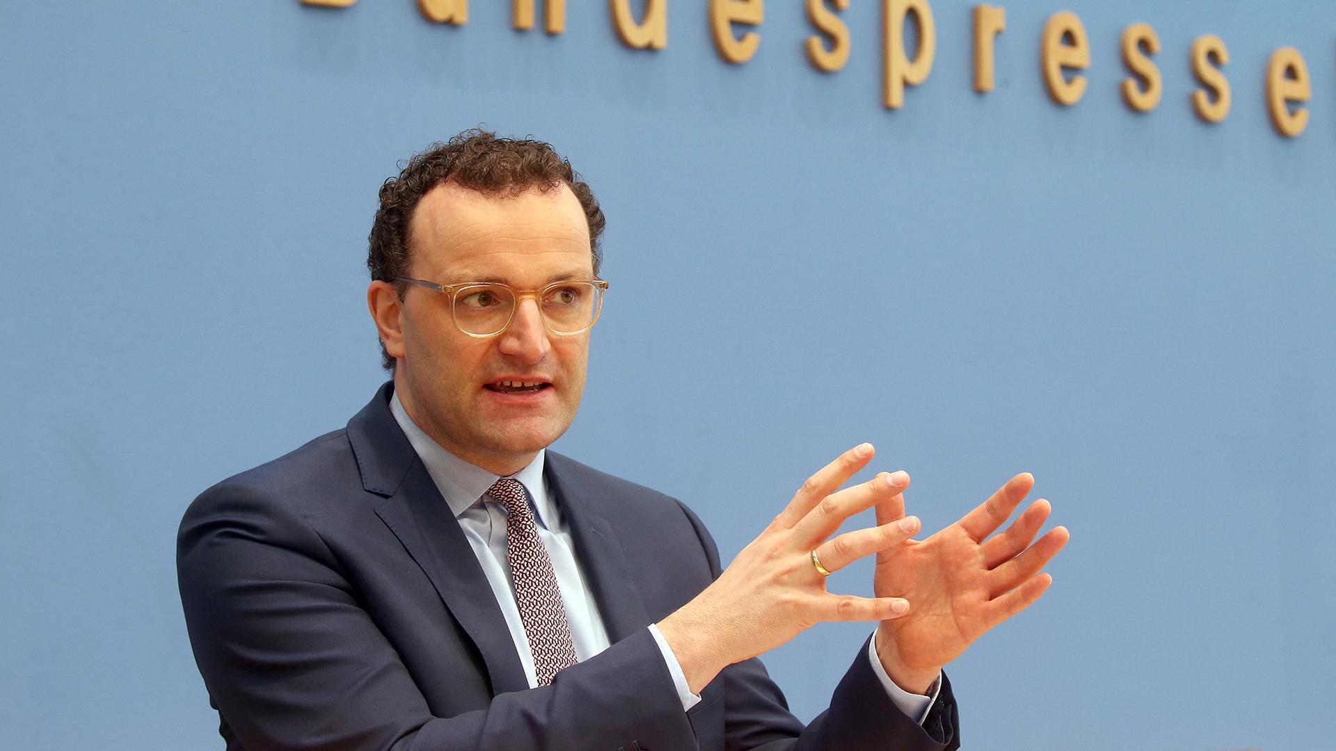 26.02.2021, Berlin: Jens Spahn (CDU), Bundesgesundheitsminister, beantwortet vor der Bundespressekonferenz Fragen von Journalisten zur Corona-Lage.