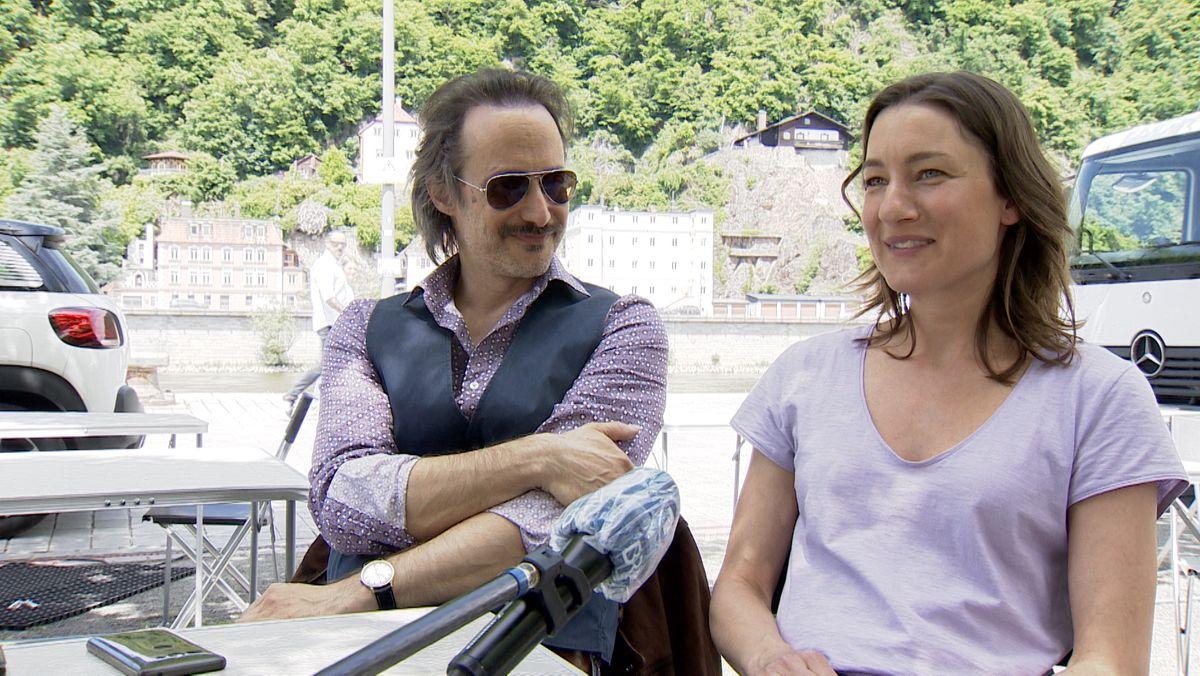 Die Schauspieler Michael Ostrowski und Marie Leuenberger in Passau