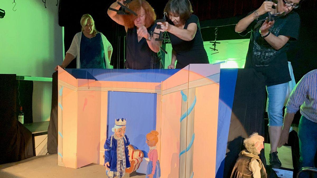 """Zwei Marionetten stehen auf der Bühne. Gespielt werden sie von den Mitgliedern des Vereins """"Die Fadenspieler""""."""