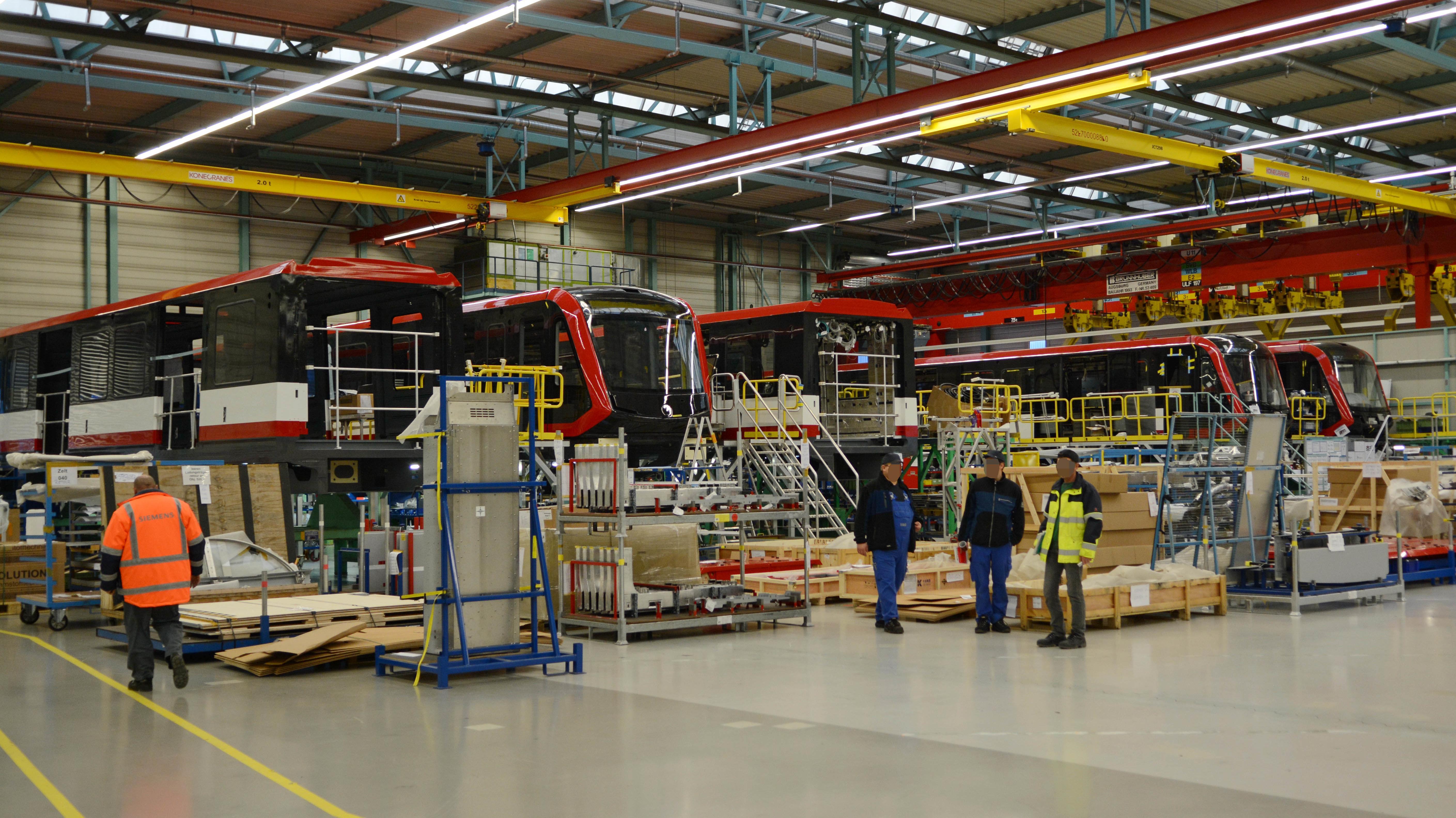 Fünf Zugteile stehen in der Siemens-Werkstatt in Wien auf Hebebühnen.