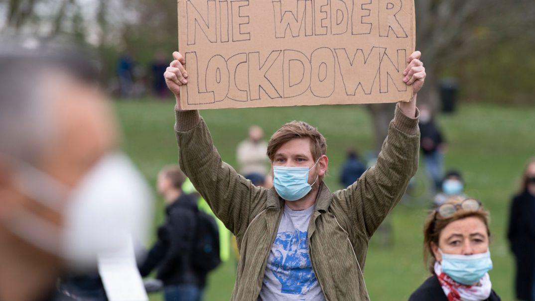 """Teilnehmer der Demonstration der Initiative """"Querdenken"""""""