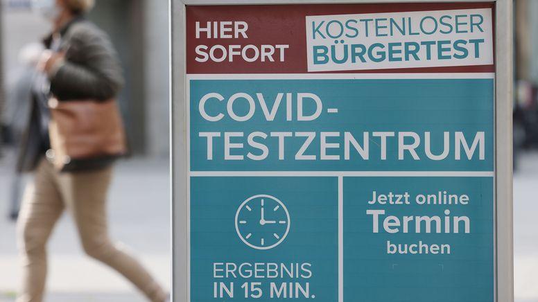 Ein Hinweisschild für ein Covid-Testzentrum | Bild:dpa-Bildfunk/Oliver Berg