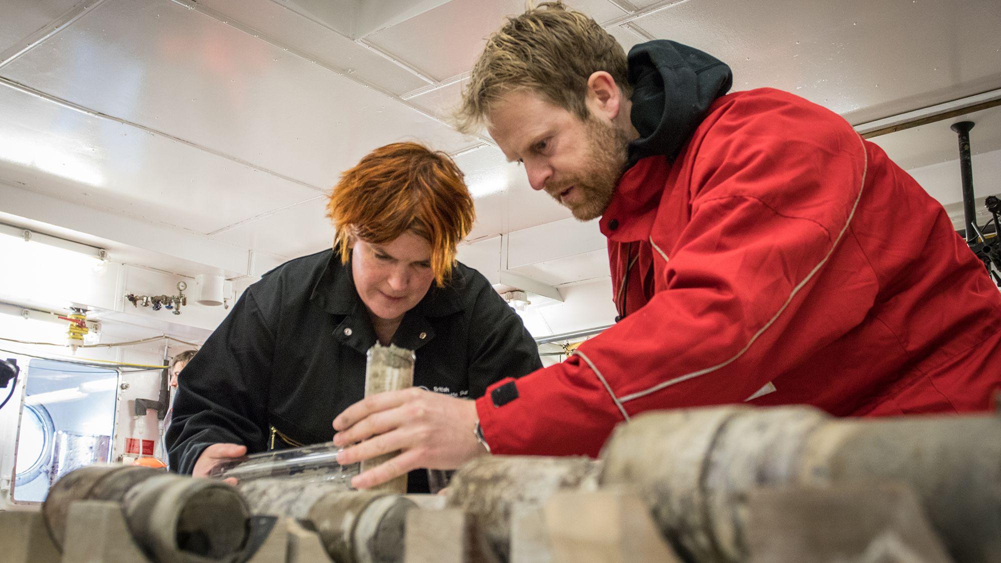 Die Geologen Johann P. Klages (AWI) und Tina van de Flierdt (Imperial College London) versuchen Sediment aus den Kernfängern zu lösen.