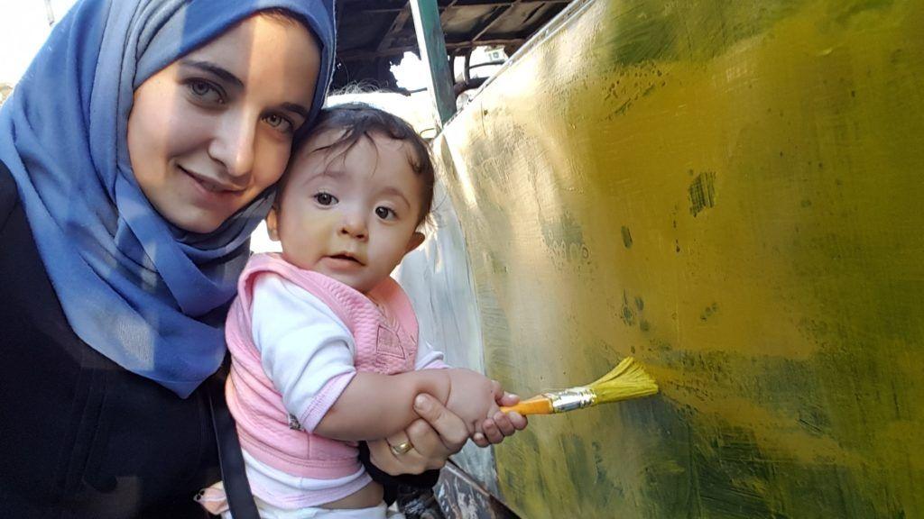 """Zu sehen ist ein Bild aus dem Dokumentarfilm """"For Sama"""", das die Journalistin und Regisseurin Waad al-Kateab mit ihrer Tochter Sama in  Aleppo zeigt."""