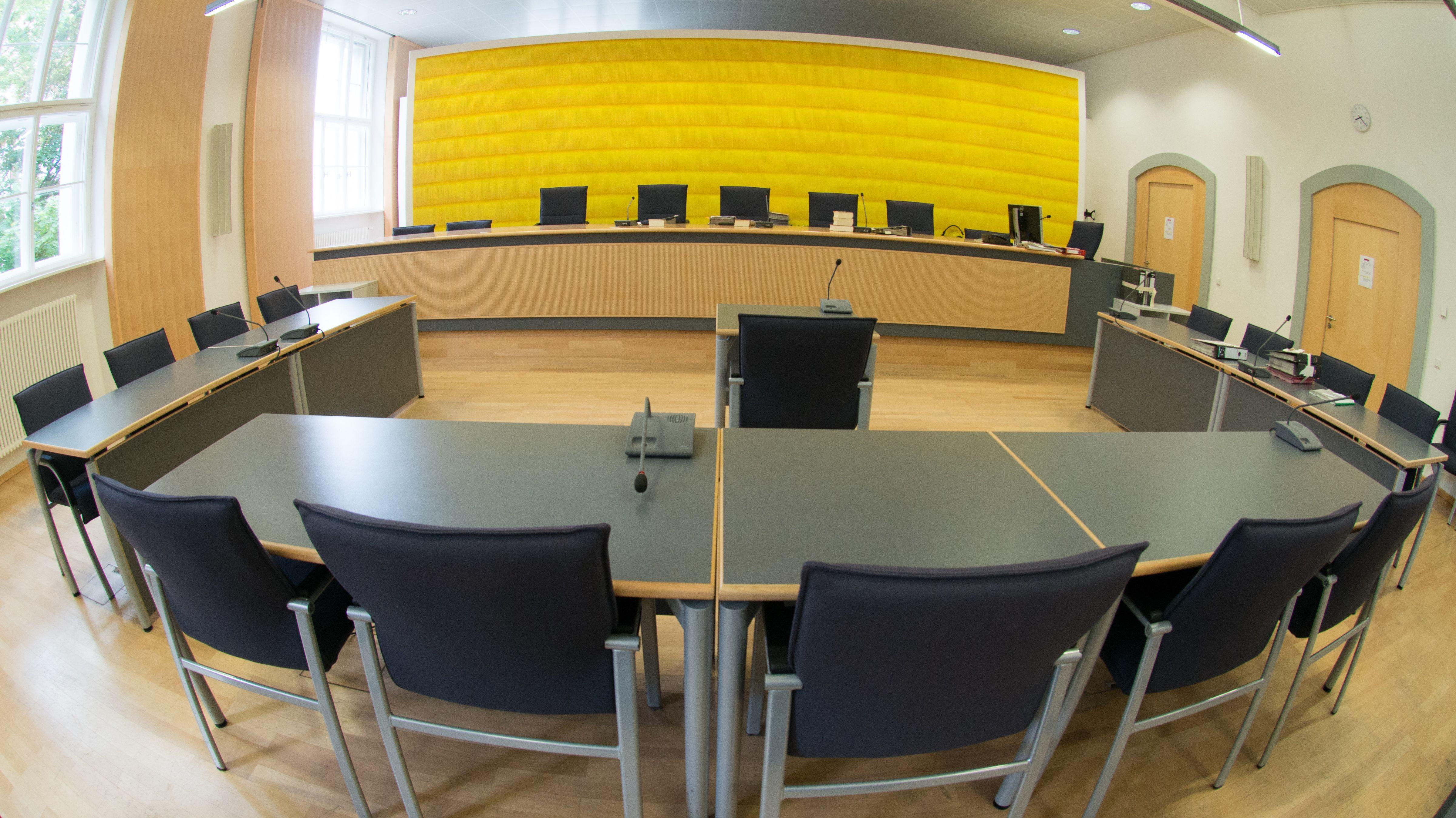 Der leere Gerichtssaal des Landgerichts Regensburg