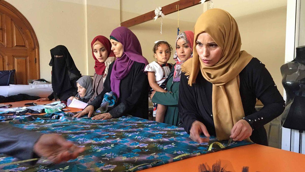 In einem Schneider-Seminar sollen arbeitslose Frauen besser auf die Zukunft vorbereitet werden.