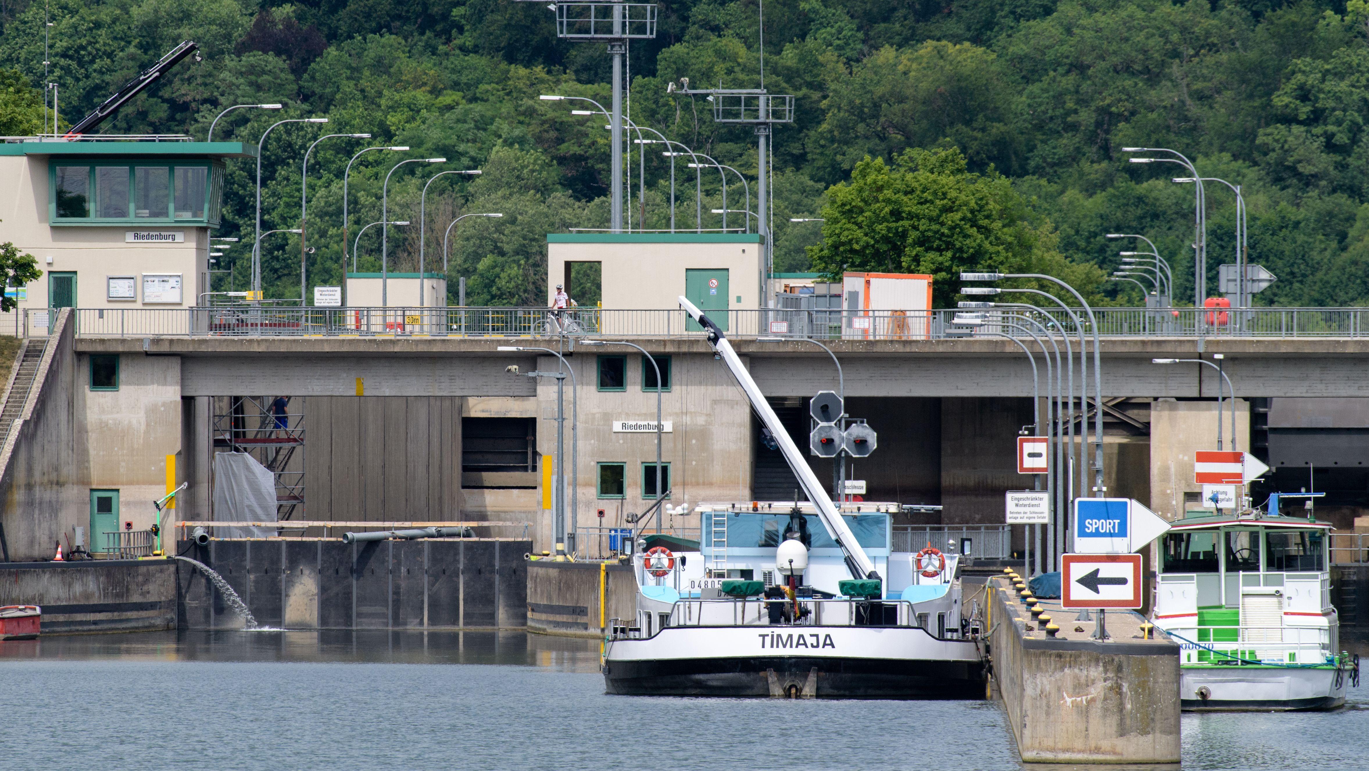 Ein Schiff wartet während der Reparaturarbeiten Mitte Juni vor der gesperrten Schleuse in Riedenburg
