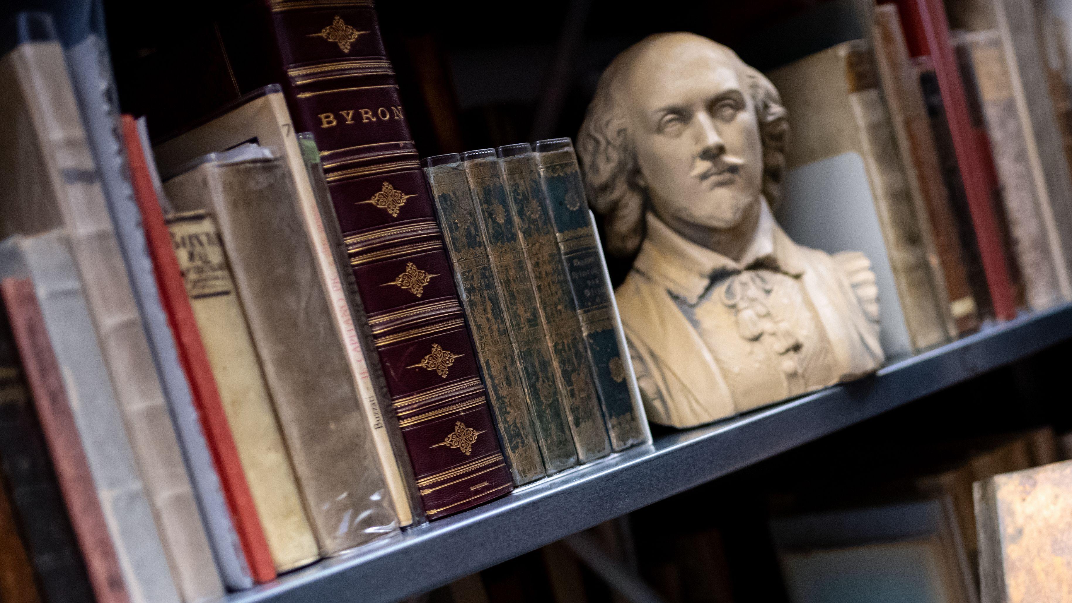 Bücherregal im Lyrik Kabinett München mit Büchern und Büste