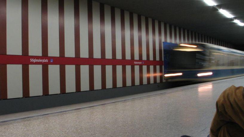 U-Bahn fährt ein am Münchner Stiglmaier-Platz - Symbolbild zu Vorfall am Hauptbahnhof, wo ein Betrunkener einen Sprung vor die U-Bahn antäuschte.