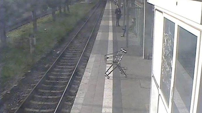 Einkaufswagen rollt am S-Bahnhaltepunkt Donnersbergerbrücke ins Gleisbett