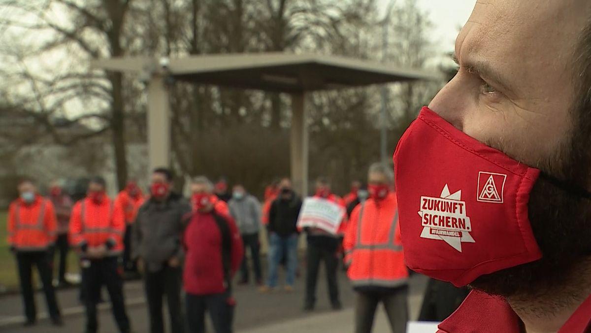 Ein Demonstrant vor dem Schaeffler Werk in Eltmann im Landkreis Haßberge