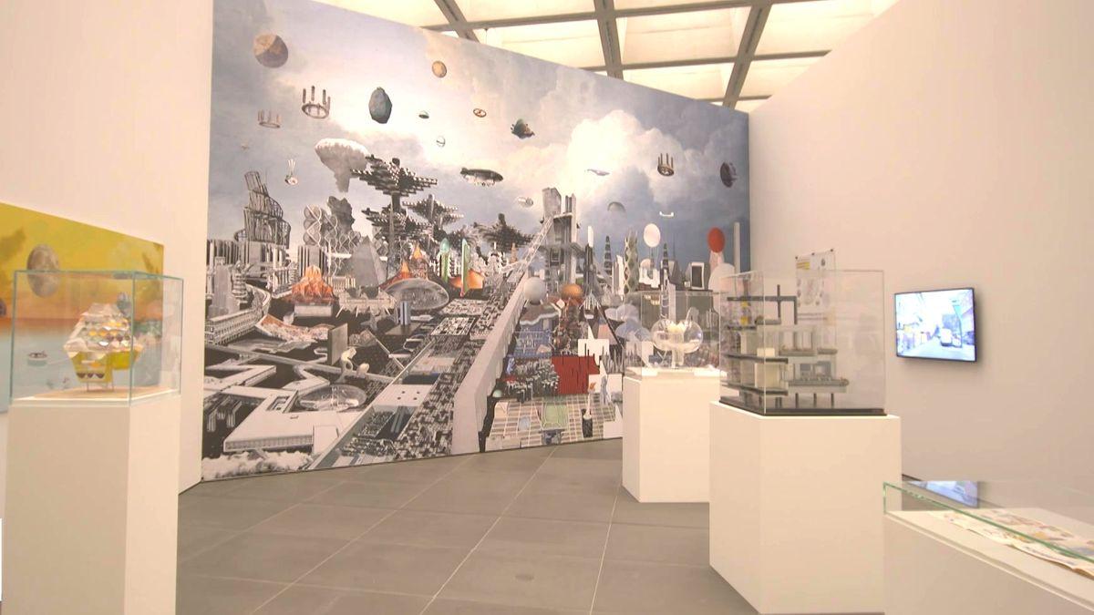 Schaukästen mit Modellen, im Hintergrund ein utopisches Bild mit Luftfahrzeugen im Neuen Museum