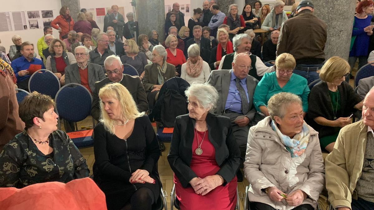 """Zum Festakt der Ausstellung """"Die Freiheit erhebt ihr Haupt"""" am 7.11.2018 kamen viele Gäste und Interessierte."""