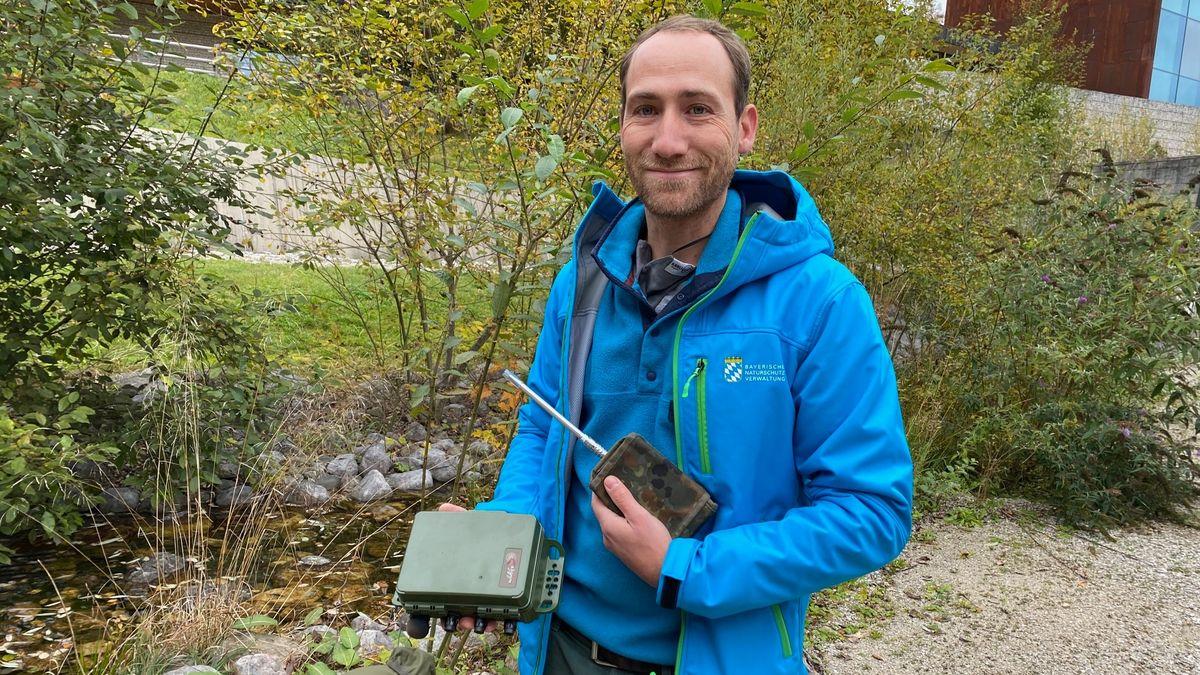 Projektleiter Sebastian Seibold mit einem Audiorecorder, um Vögel festzustellen.