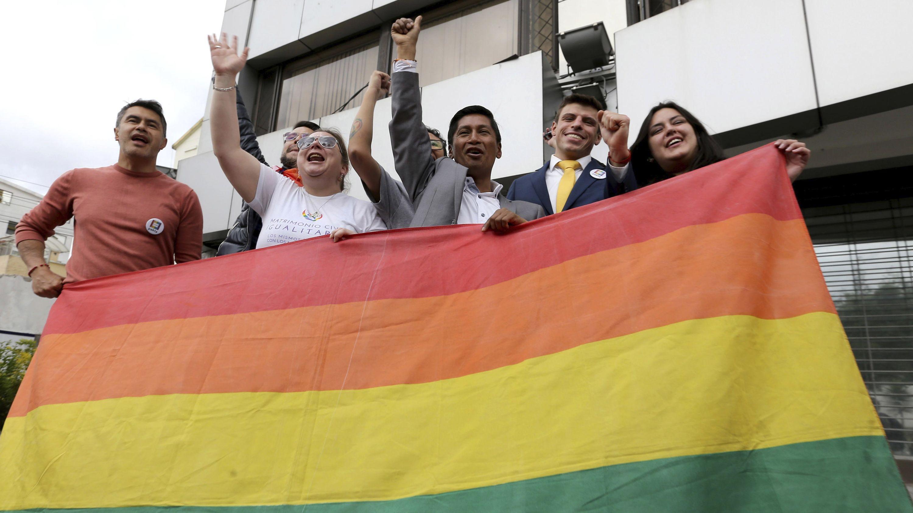 Führer von Lesben- und Schwulenverbänden in Ecuador feiern außerhalb des Gerichts in Quito die Erlaubnis der gleichgeschlechtlichen Ehe
