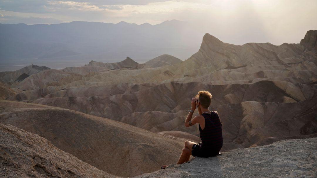 USA, Death Valley National Park: Eine Person schaut von einem Aussichtspunkt im Death Valley National Park, Kalifornien.