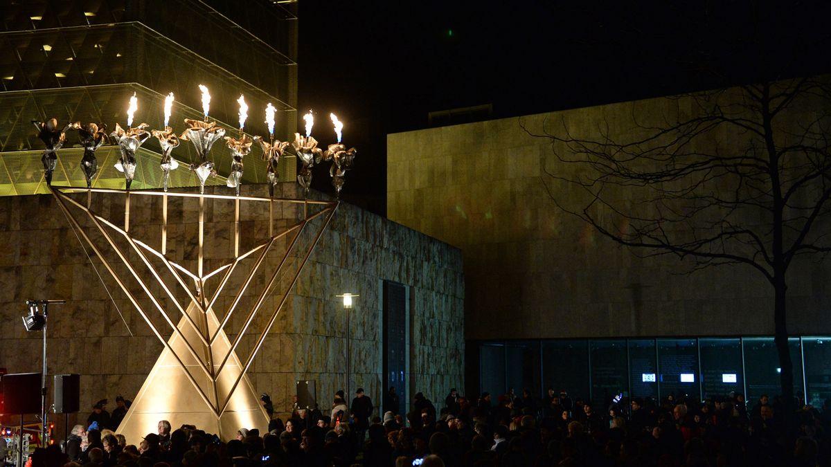 Chanukka-Leuchter vor der Ohel-Jakob-Synagoge in der Münchner Altstadt.