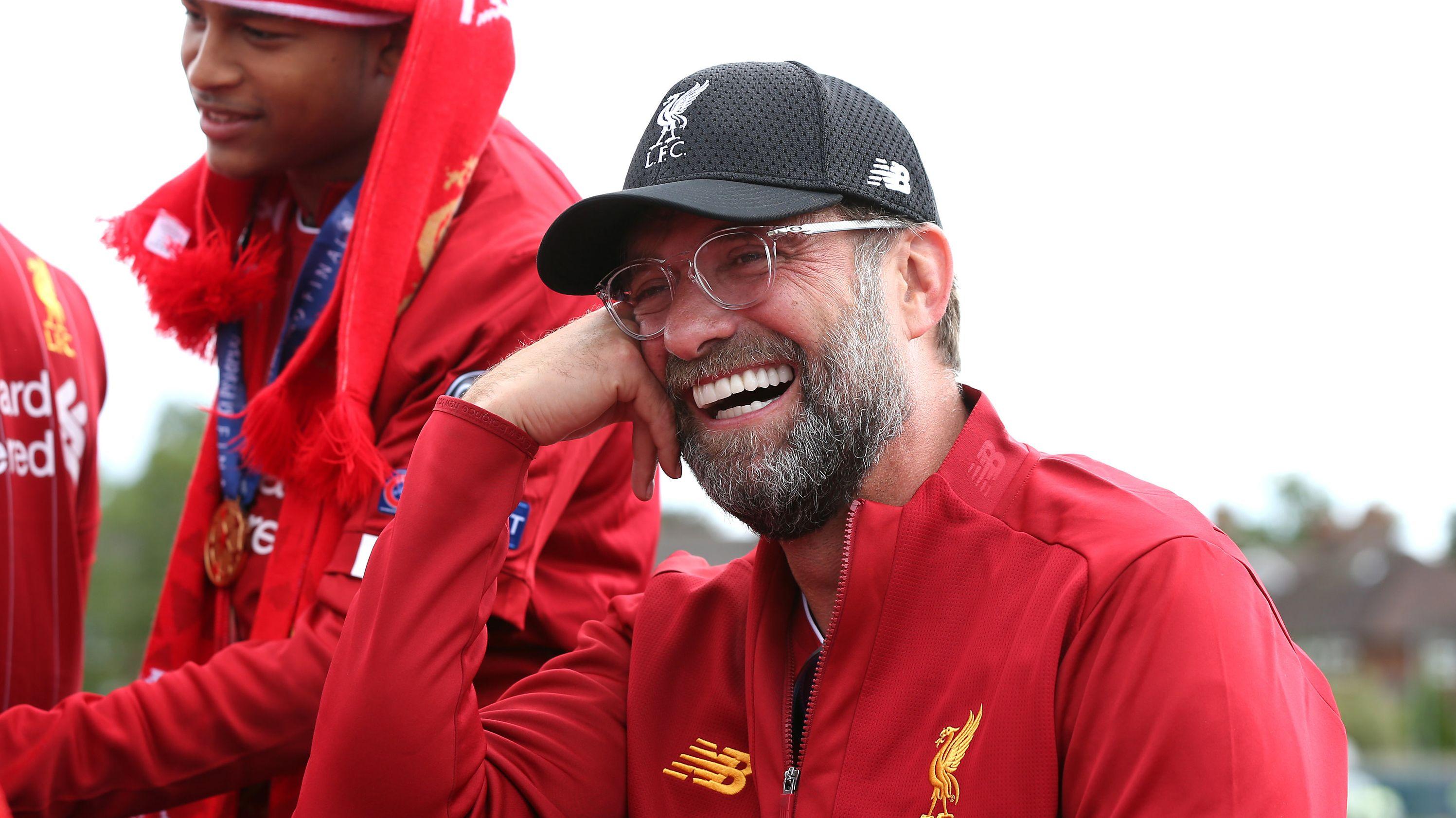 Nach dem Champions-League-Finale Liverpool: Trainer  Jürgen Klopp lacht während der Parade nach dem Champions-League-Sieg von Liverpool.