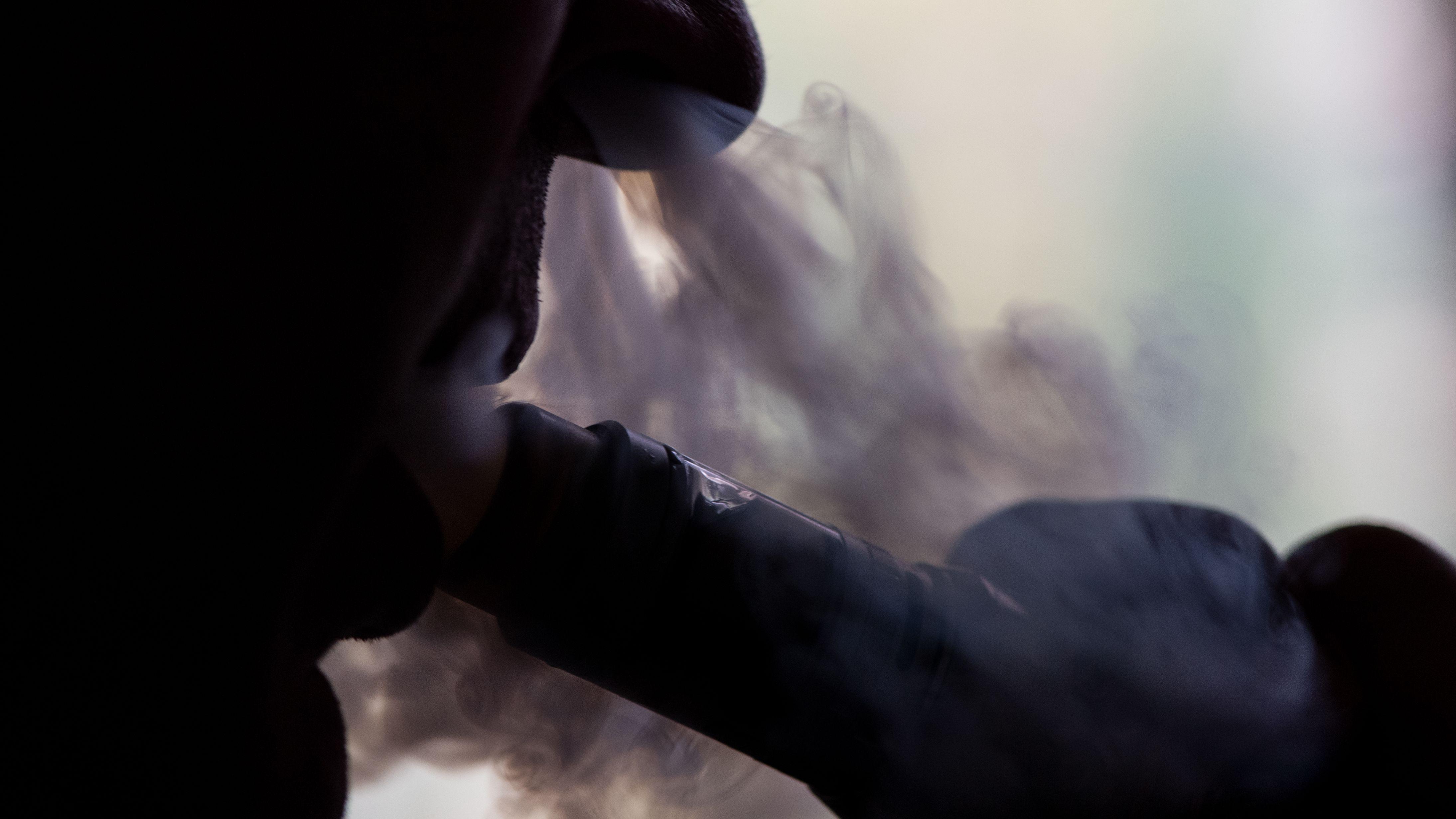 Ein Raucher raucht eine E-Zigarette