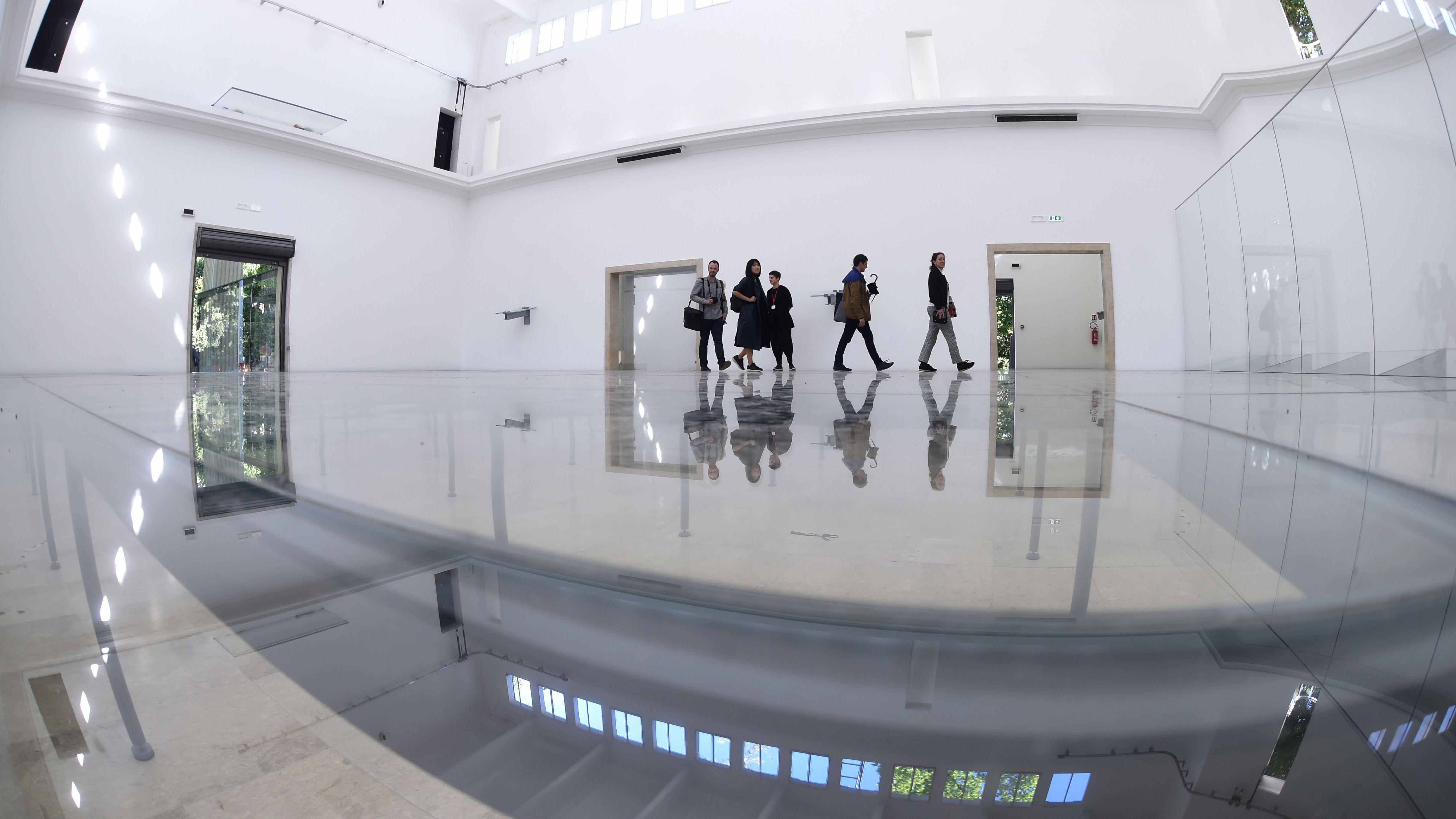 """Der deutsche Pavillon 2017: Anne Imhofs Installation """"Faust"""", in der die Besucher auch unter den Glasboden tauchen, gewinnt den Goldenen Löwen."""