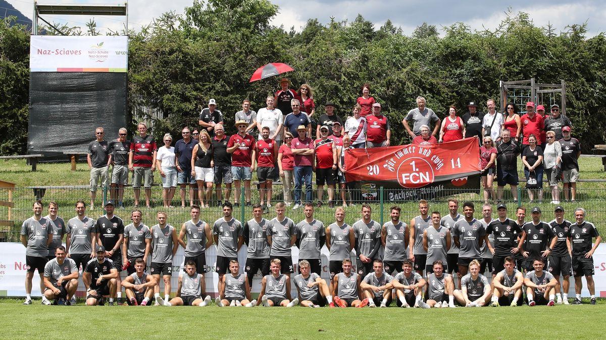 Mannschaftsfoto mit Fans im Vorbereitungscamp in Natz-Schabs