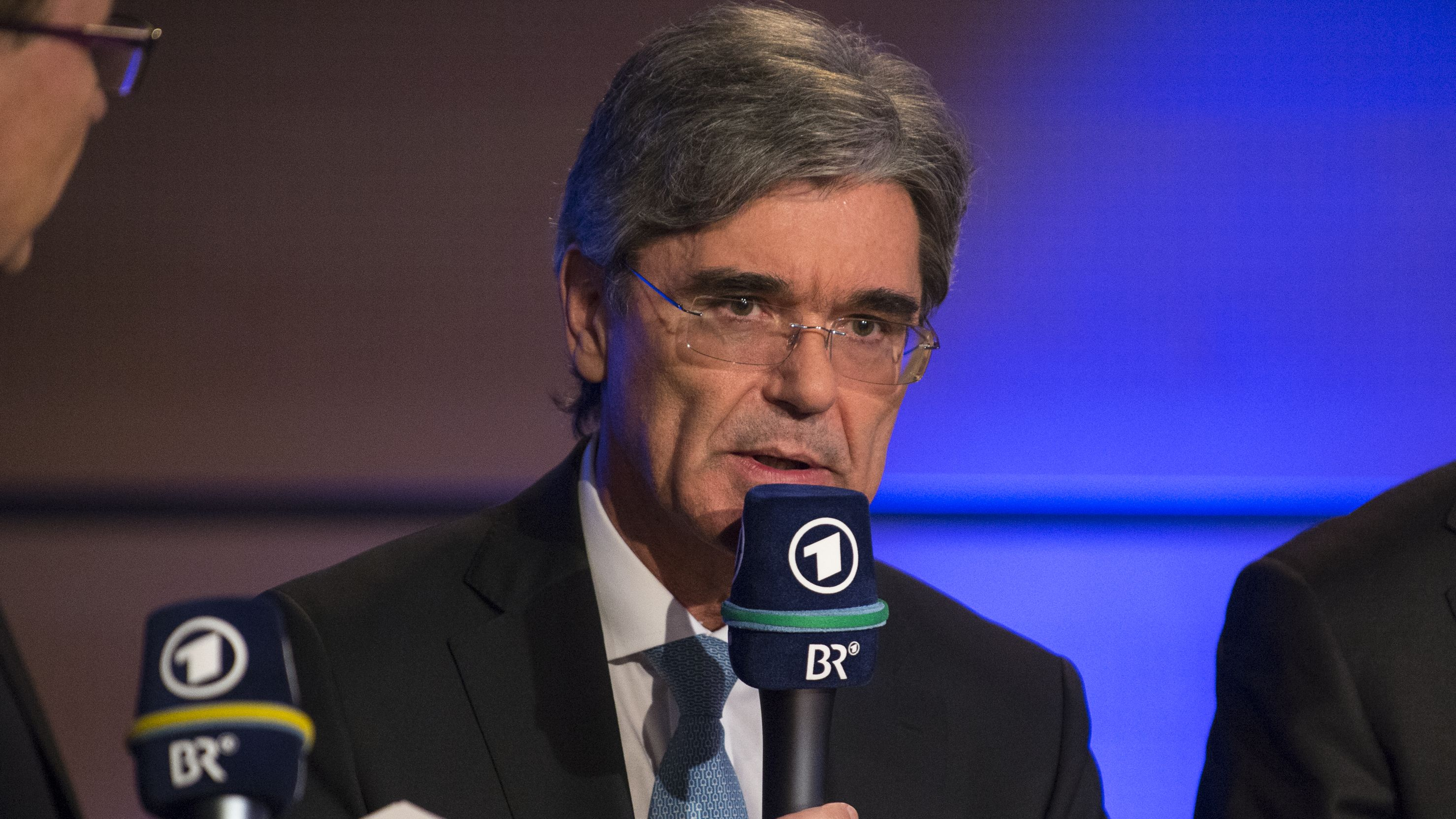 Siemens-Chef Joe Kaeser mit ARD-Mikrofon