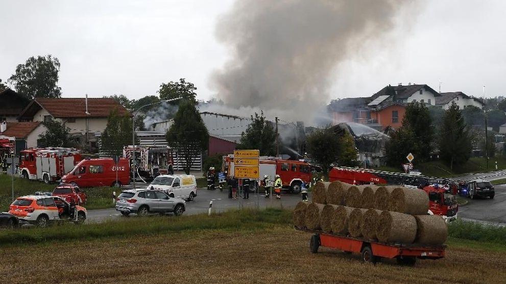 Großaufgebot von Rettungskräften und Feuerwehr vor Ort.
